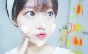 黒ずみをなくすために洗顔する女性