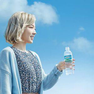 水をのんで健康的な女性