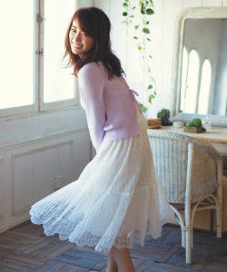 白いレースのスカートが可愛らしい女性